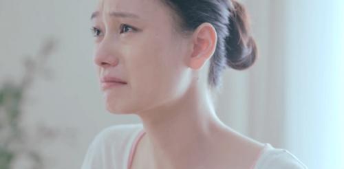Frau weint