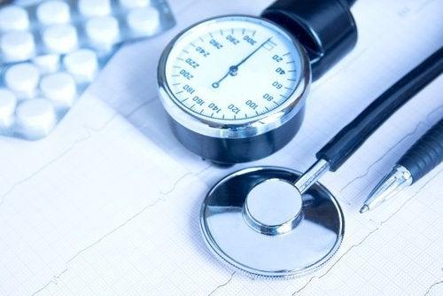 Blutdruck messen und mit Gurkenwasser reduzieren