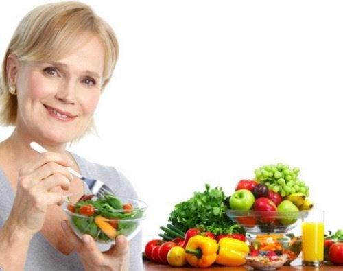 Frau isst Salat un hat Ernährungsgewohnheiten geändert