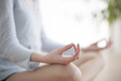 Frau meditiert Entscheidungen