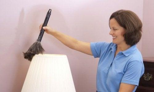 Lampen reinigen, um schlechten Geruch im Schlafzimmer zu vermeiden