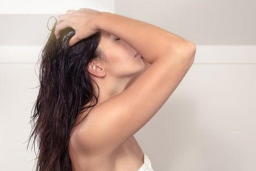 Haare waschen und mit Kokosöl pflegen