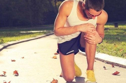 Läufer hat Knieschmerzen und Ischialgie