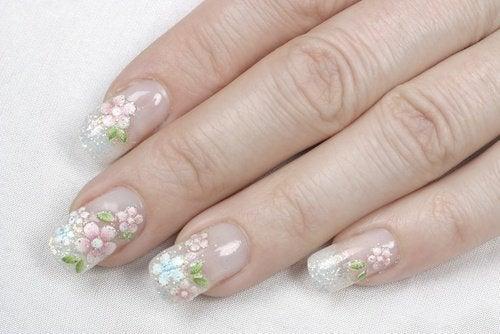 Mit Blumen lackierte Acrylnägel