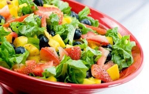 Salat mit Gemüse und Obst und gesunde Ernährungsgewohnheiten