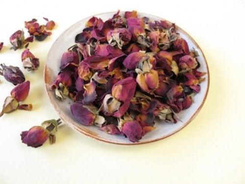 Teller mit getrockneten Rosen, um schlechten Geruch im Schlafzimmer zu vermeiden