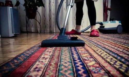 Teppichreinigung, um schlechten Geruch im Schlafzimmer zu vermeiden