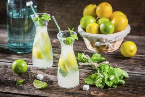 Zitronenlimo mit Zitronenschale