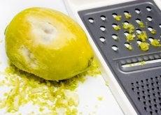 Zitronenschale auf Reibe