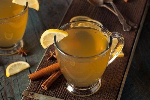 Zeit für Zimt und Tee mit Zitrone