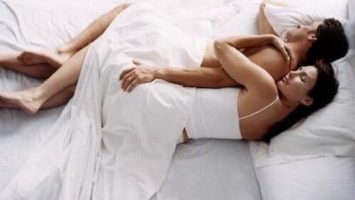 Schlafpositionen von Frau und Mann