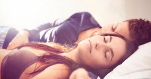 Schlafpositionen von Mann und Frau