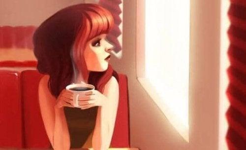 frau-trinkt-einen-kaffee-gewohnheiten