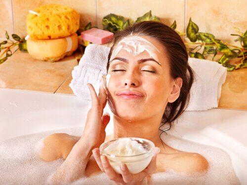 Gesichtsmaske im Bad anwenden