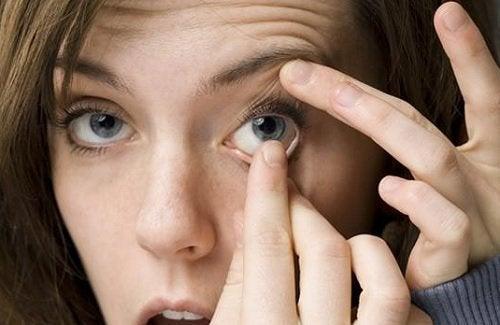 kontaktlinse-entnehmen-haende