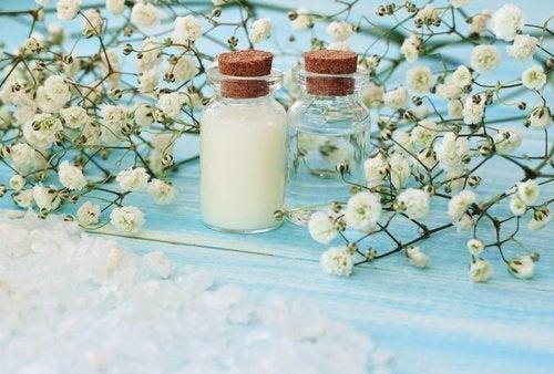 Magnesiumfläschchen und Blumen Heilsalbe