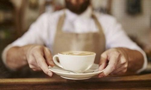 mann-bietet-eine-tasse-kaffee-an