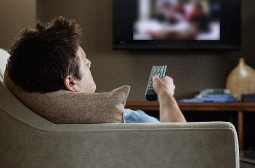mann-schaut-tv-nacken