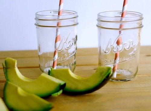 Mixgetraenk mit Avocado für ein fittes Gehirn