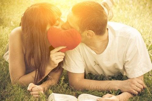 verliebtes-paar-kuesst-sich-sex