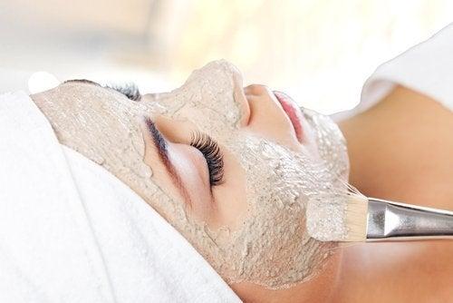 Behandlung mit Gesichtsmasken gegen Gesichtsflecken