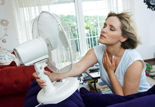 frau-in-der-menopause-mit-hitzewallung