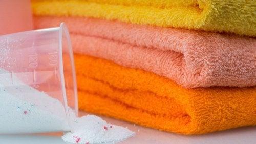5 Tricks für strahlend weiße Handtücher ohne aggressive Chemikalien