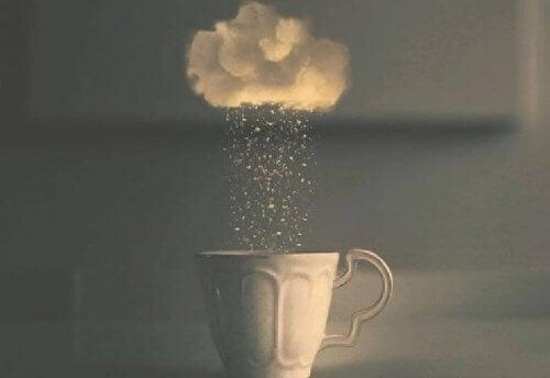 tasse-mit-regen-symbolisiert-kritische-situation-durch-missverstaendnis