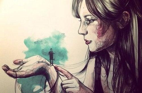 Frau mit einem kleinen Mann auf der Hand warten