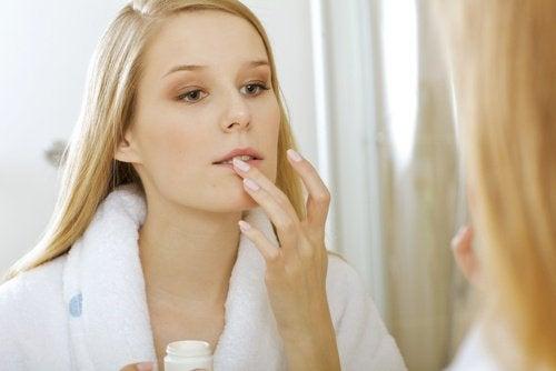 frau-vor-dem-spiegel-entfernt-make-up