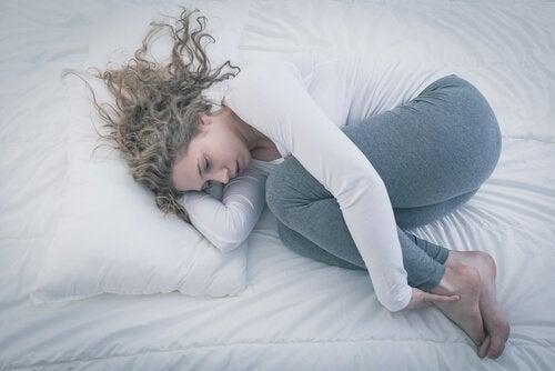 trauernde-frau-im-bett-leeres-nest-syndrom