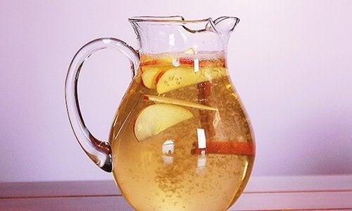 Zimt-Apfel-Zitronenwasser, um das Abnehmen zu unterstützen