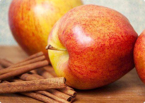 Rote Äpfel und Zimtstangen