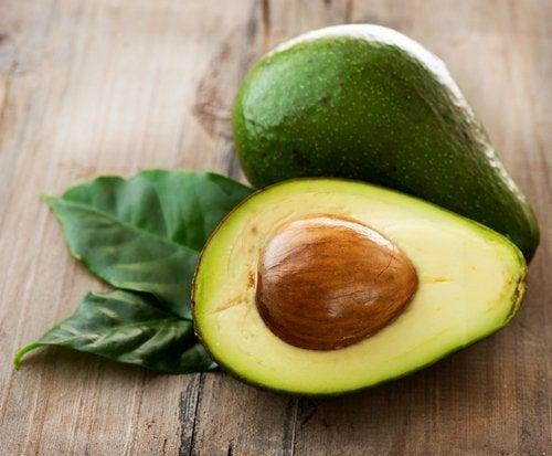 halbierte Avocado mit Kern