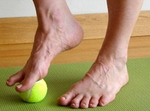 fuesse-mit-tennisball-massieren