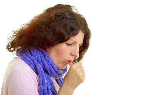 frau-mit-lungenkrebs-hustet
