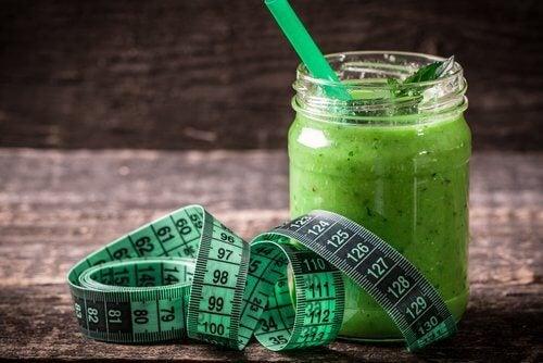 Grüner Smoothie und Maßband