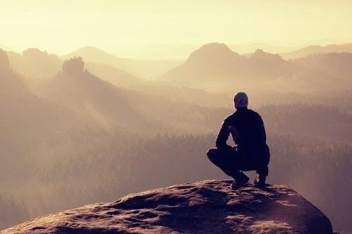 mann-auf-dem-berg-sucht-emotionalen-ausgleich