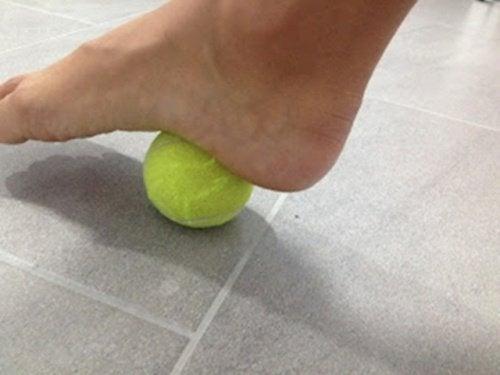 mit-tennisball-plantarfasziitis-behandeln