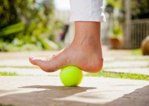 Plantarfasziitis: ein Tennisball kann Linderung bringen