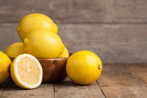 Getränk mit Kurkuma und Zitronen