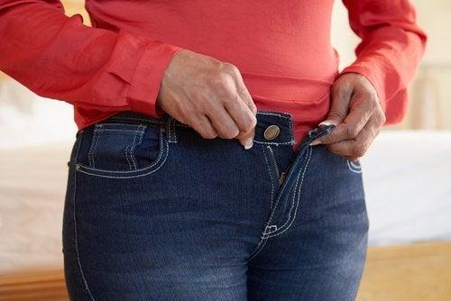 Rückenschmerzen können durch zu enge Kleidung verursacht werden