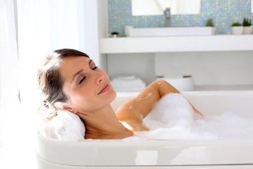 frau-nimmt-einen-entspannendes-bad-angstkrise