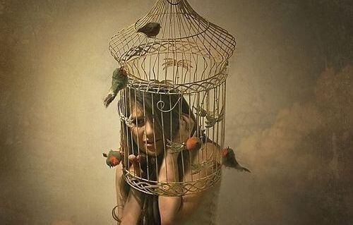 frau im käfig fühlt sich schuldig