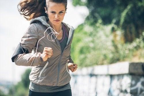 sport-und-positive-saetze-machen-frau-gluecklich