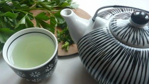 Getränk mit Petersilie und Pfefferminze zur Entgiftung der Leber