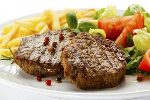 Ein Kochexperte wendet das Fleisch beim Braten nicht ständig