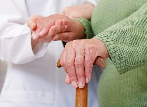ältere frau mit arthritis