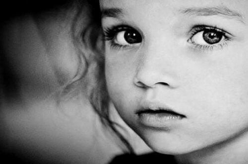trauriges-kleinkind-eltern