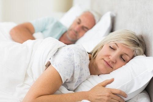 Im Schlaf sprechen kann den Ehepartner stören